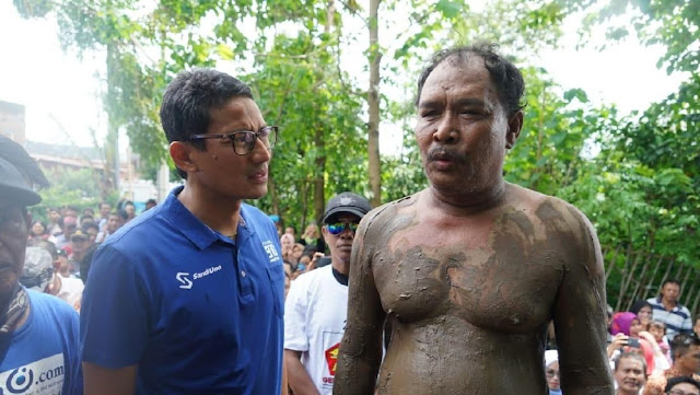 Warga Berlumuran Lumpur yang Temui Sandi Sempat Keluhkan Terbatasnya Bantuan