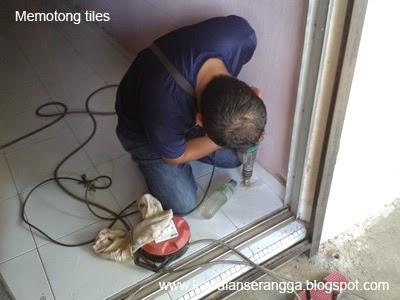 Kerja-kerja memotong tiles dibahagian lantai