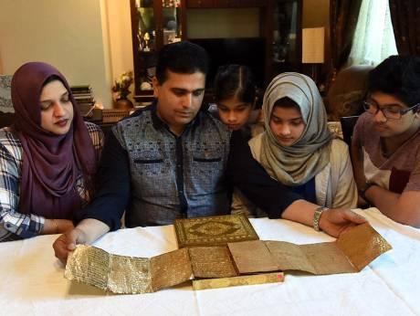Keluarga Ini Nikmati Ramadhan dengan Al-Quran Emas dari China