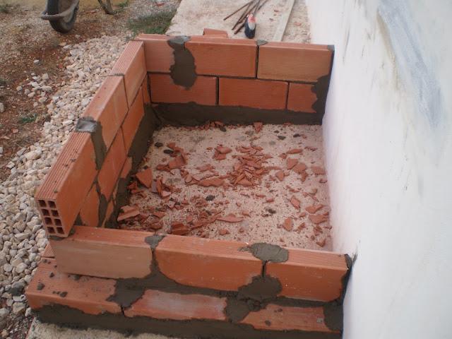altura deseada con la primera pared de ladrillos luego el conducto de humos tomara una forma piramidal hasta el cabecero o sombrerete de la chimenea