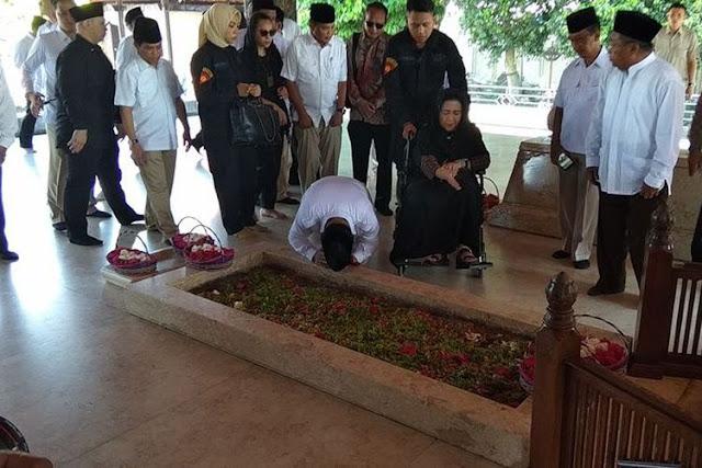 Duh Bisa-bisa Kelompok Islam Puritan Bakal Cabut Dukungan, Foto Prabowo Cium dan Sujud Di Makam Bung Karno....