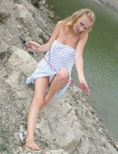 голые на берегу
