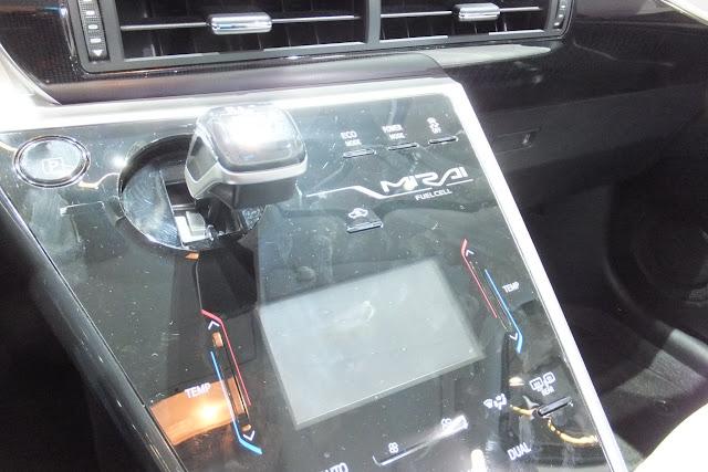 Toyota-MIRAI-FCV-inside