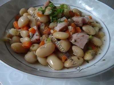 Zupa fasolowa z białą kiełbasą