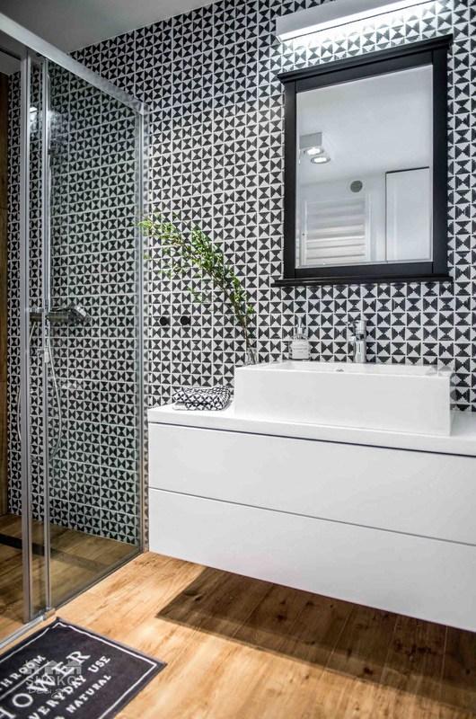 baño-estilo-nordico-blanco-negro-mueble-flotado-plato-ducha-diseño-escandinavo-mampara