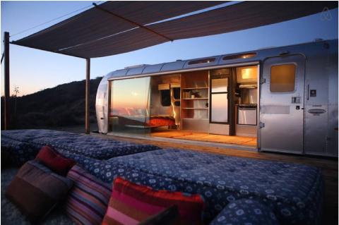 Un bellissimo airstream caravan per un campeggio chic for Arredamento camper
