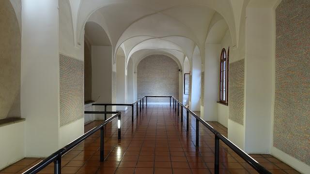 平卡斯會堂內的牆面寫滿猶太受難者的名字、生日及死亡日期, 後者通常不明,因此改為紀錄所知的最後訊息,也就是受難者被送入集中營的日子。