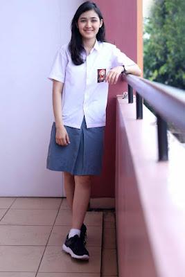 Artis Seragam SMA ROk Pendek Seksi Cut Syifa sandar di sekolah skandal