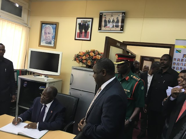 Whats Trending : president Magufuli starts his First day at The Office by a Suprise Visit to Ministry of Finance