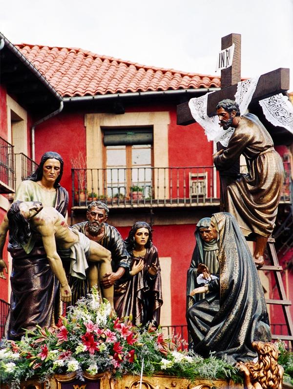 El Descendimiento. Real cofradía Minerva y Vera Cruz. León. Foto  José Ángel Lozano Gonzalez. Cartel y portada de la revista de la cofradía, Semana Santa 2005.