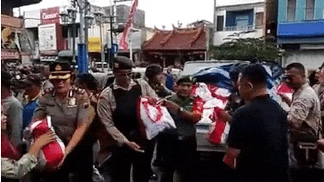 Polda Jateng Usut Pengunggah Video Polisi Bagi-bagi Sembako Jokowi