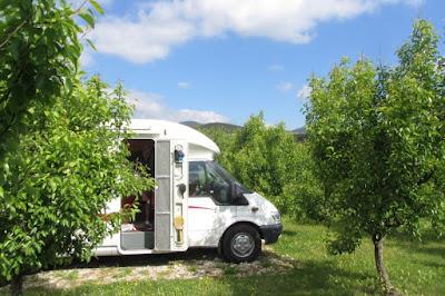Servië, kamperen tussen de perenbomen op camping bij Kremna