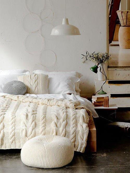 plaid tricoté et pouf