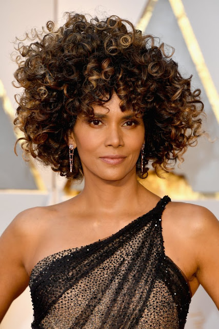 halle berry wig broke the internet yesterday halle berry. Black Bedroom Furniture Sets. Home Design Ideas