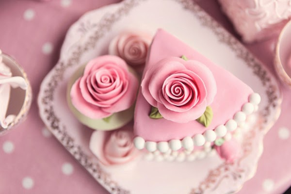 Roses on cakes and cookies