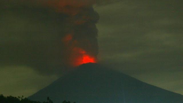 Gunung Agung Semburkan Lava Merah, Ada Tanda-tanda Letusan Lebih Besar......