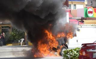 Se incendia Furgoneta en la avenida Abraham Lincoln en Piantini