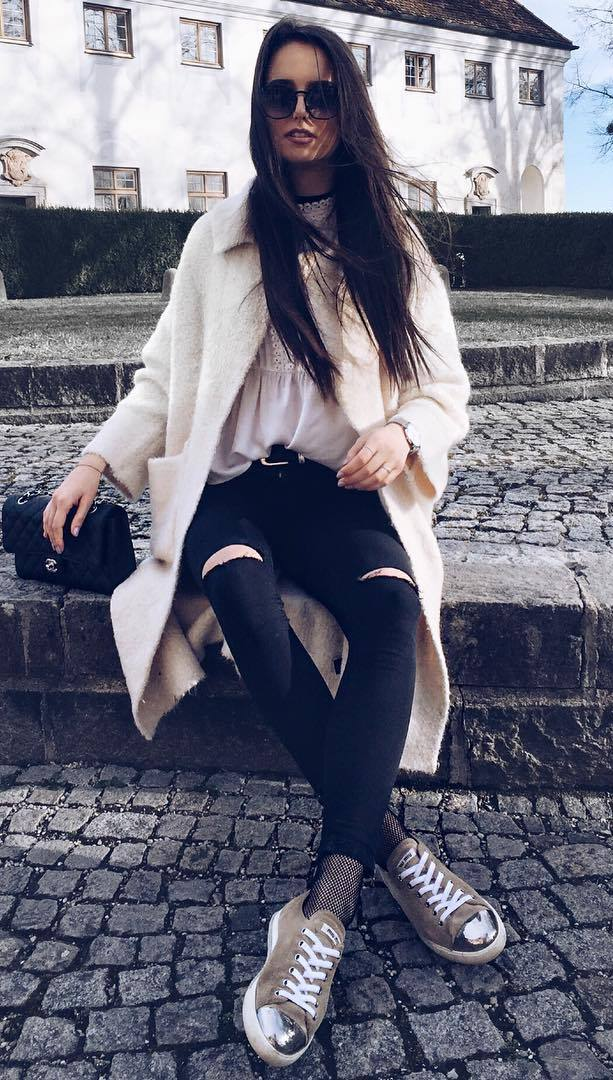 how to wear a white coat : blouse + bag + ripped jeans + golden sneakers