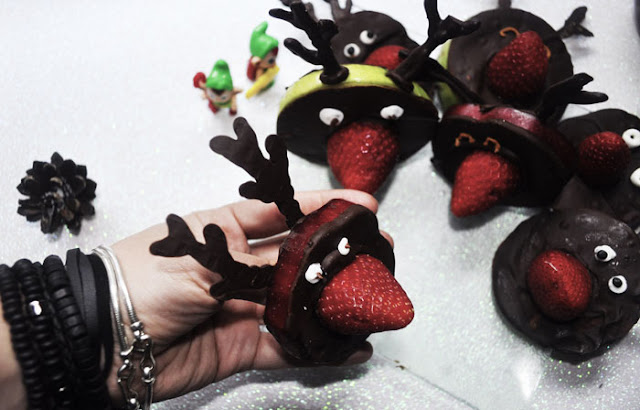 foto sujetando reno de chocolate