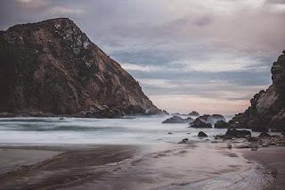 Mer agitée et montagne