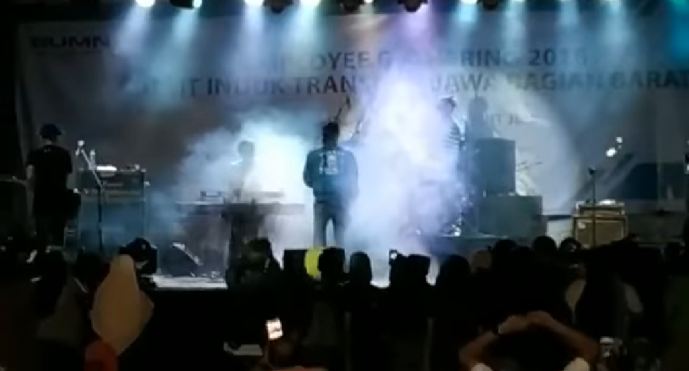 Tsunami crashes into popular pop band's concert, members still missing