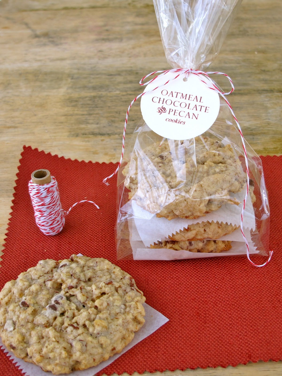 Food gifts are always a favorite, and beautiful packaging makes them so fun! You don't have to be a master baker to invent a thoughtful food gift. (If the packaging is creative, who will even notice if the cookies aren't homemade!?) We've made it easy for you to amp up your cookie-gifting game with these 30 cute cookie wrapping ideas.