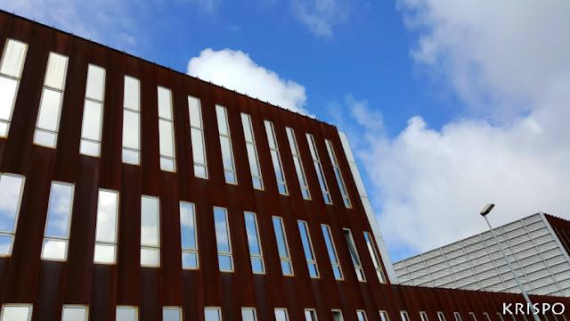 las nubes y el cielo reflejadas en las ventanas de un edificio