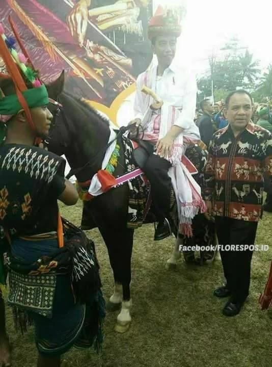 Presiden Jokowi berpose bersama Gubernur NTT