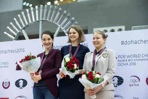 Le podium du blitz féminin avec Valentina Gunina et Kateryna Lagno entourant la championne Anna Muzychuk - Photo © Maria Emelianova