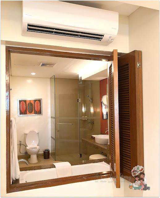 Crimson Resort and Spa Mactan Bathroom