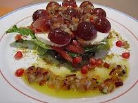 Ensalada de uva, queso fresco con vinagreta de crudités al aroma cítrico