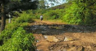 akses jalan ke lokasi wisata curug malela yang masih rusak