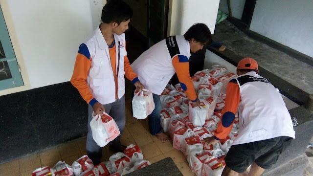Team bersiap membawa bingkisan untuk korban terdampak banjir Yosorati