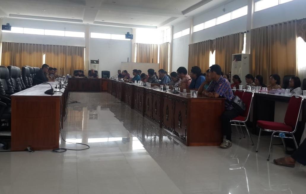 Puluhan Guru Honorer Datangi DPRD Kabupaten Sekadau