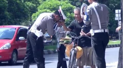 Polisi NTB Buat Jutaan Netizen Terharu, Lihat yang Mereka Lakukan