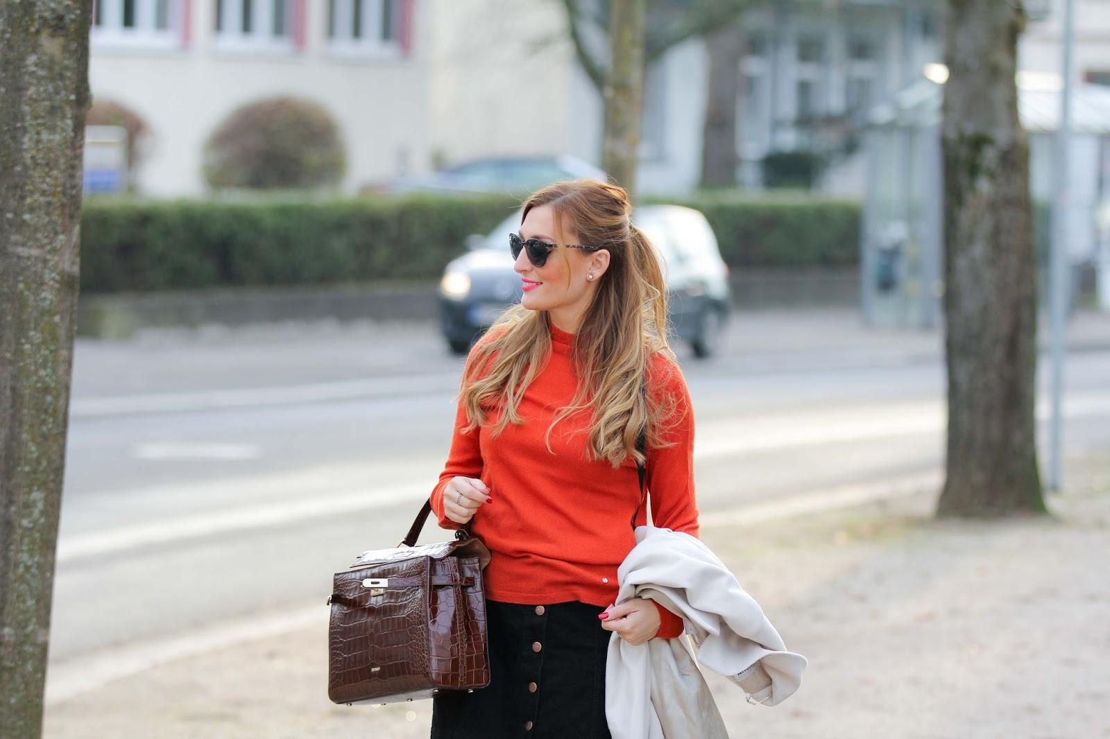 Black-Overknees-Gerry-Weber-creme-Mantel-Rock-mit-knöpfen-orangener-Pullover-Streetstyle-Streetstyleblogger-Fashionstylebyjohanna
