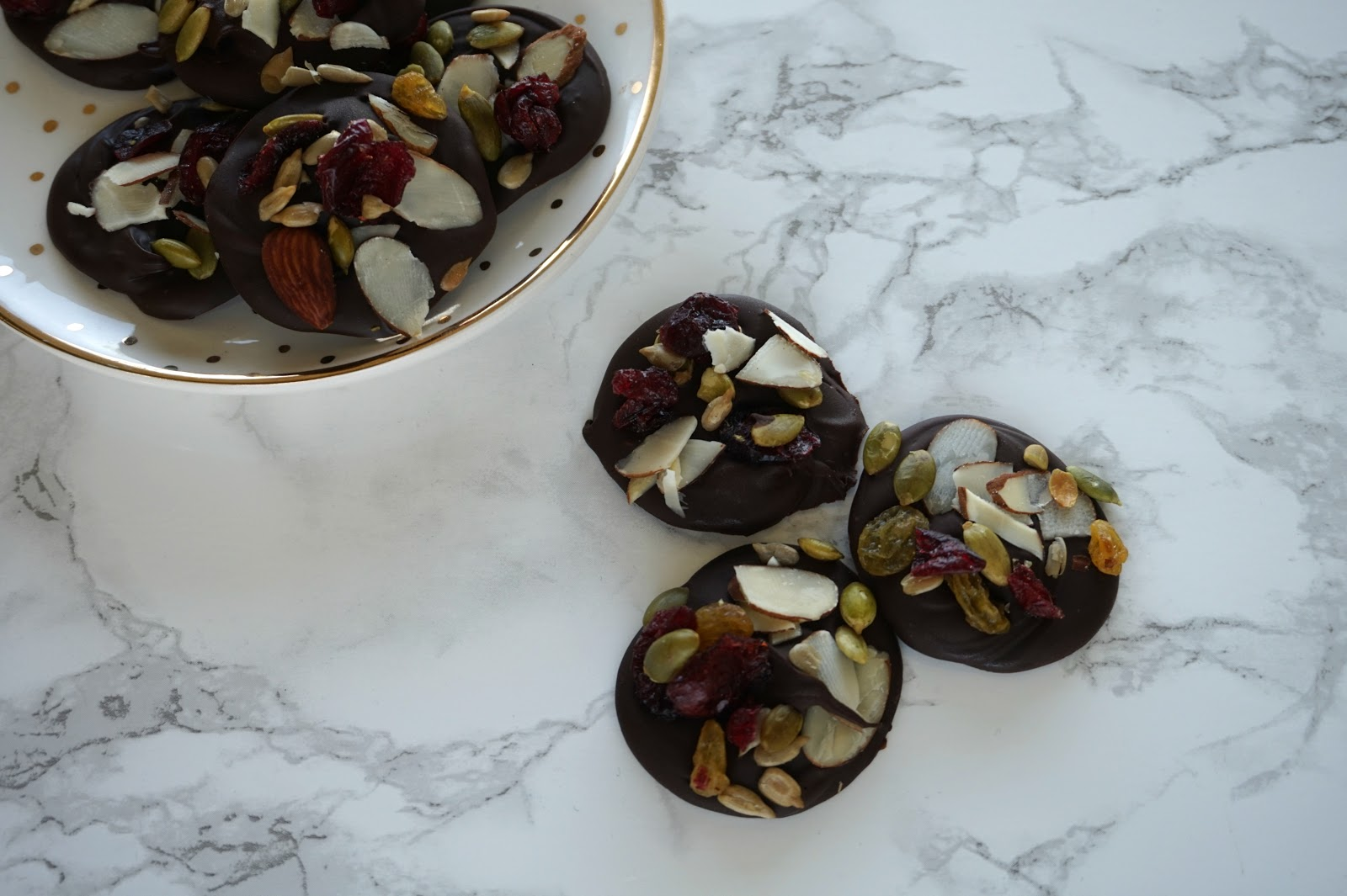 Easy & Healthy Dark Chocolate Bites // Dark Chocolate Bites With Nuts & Fruit // Easy & Healthy Sweet Treat | beautywithlily.com