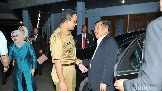 Anies berbincang dengan Wakil Presiden Jusuf Kalla sebelum bertolak ke Jepang