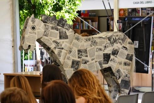 Caballo a tamaño natural hecho de hojas de libros