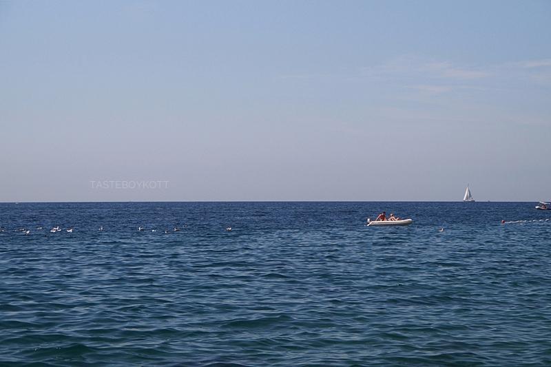Sommerlich-türkises Mittelmeer vor Rovinj, Kroatien