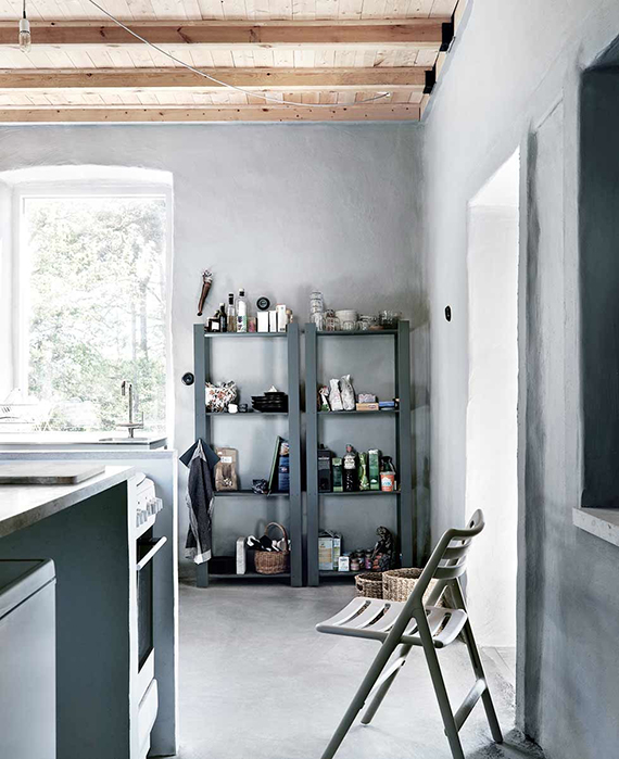 Grey scandinavian country kitchen. Photo by Jonas Ingerstedt