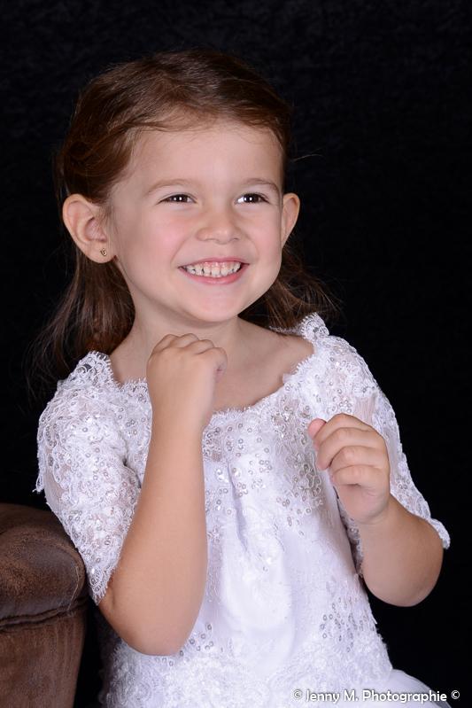 portrait fille enfant tenue de cérémonie robe blanche dentelle