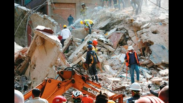 Resultado de imagen para Fotos un sismo de magnitud 7.1 en la escala de magnitud de momento con epicentro en la zona limítrofe de Morelos y Puebla, que destruyó en su totalidad varios edificios en la Ciudad de México