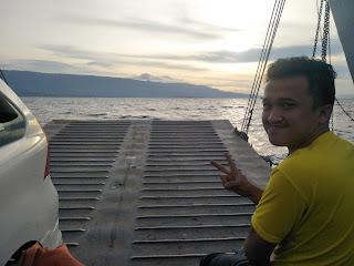 ujung dek kapal ferry penumpang alat transportasi parapat dan pulau samosir