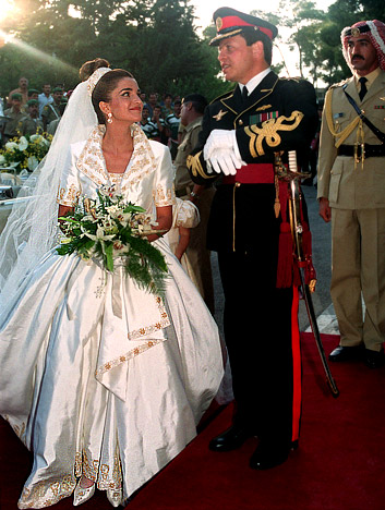She Wore A Gold Trimmed Short Sleeve Gown Designed By Bruce Oldfield Who Later Revealed That Rania S Wedding