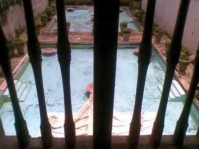 pemandangan kolam pemandian dari atas bangunan Taman Sari