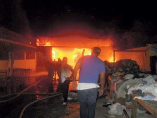 Incendio origen desconocido afecta cientos de pacas zona franca en Pedernales