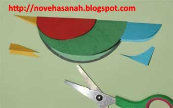 ajari anak-anak untuk menggunting bagian ekor dengan bentuk membulat