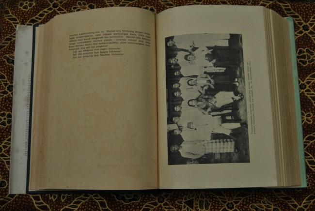 Buku soekarno dibawah bendera revolusi