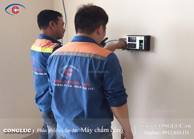 Nhân viên kỹ thuật lắp đặt máy chấm công chuyên nghiệp tại Cộng Lực